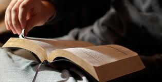 leyendo bible