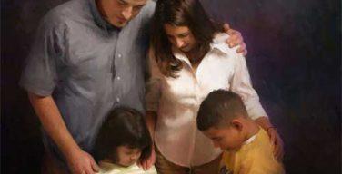 Padres-orando-por-hijos